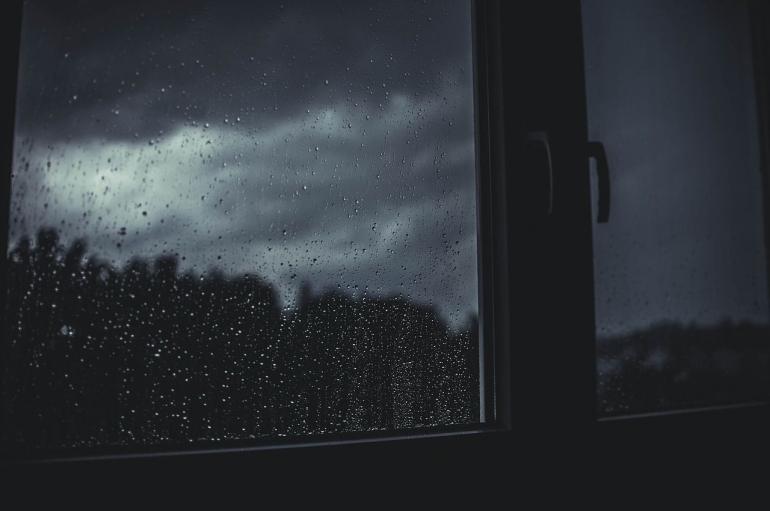 Hujan dan Jendela. ( Sumber : www.pixabay.com)