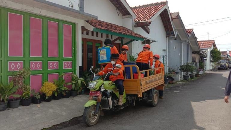 Tim Relawan Satgas Covid Desa Kalisapu tiba di RT 08 RW 08/Dokpri