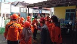 Tim Satgas Covid-19 Desa Kalisapu melakukan doa bersama dan yel yel sebelum pemberangkatan tugas/Dokpri
