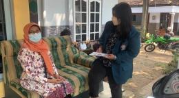 Pembagian buku panduan oleh Mahasiswa KKN Undip melalui door to door sesuai protokol kesehatan pada salah satu UMKM di RT 02/RW 04 Desa Gondosari