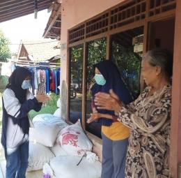 Mahasiswa UNDIP tengah melakukan edukasi penggunaan hand sanitizer secara baik dan benar kepada masyarakat.