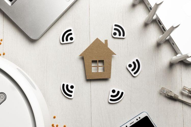 Sebuah ruangan di dalam rumah yang dilengkapi dengan perangkat WiFi (foto dari freepik.com)