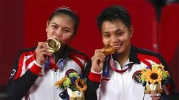 Ganda putri Indonesia, Greysia Polii dan Apriyani Rahayu meraih medlai emas Olimpiade 2021 (2/8). REUTERS/Hamad I Muhammad