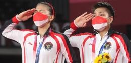Greysia Polii/Apriyani Rahayu bersama medali emas Olimpiade Tokyo: badmintonindonesia.org