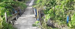 Jalan darurat yang di bangun masyarakat desa di atas jembatan yang nyaris ambruk, dokpri