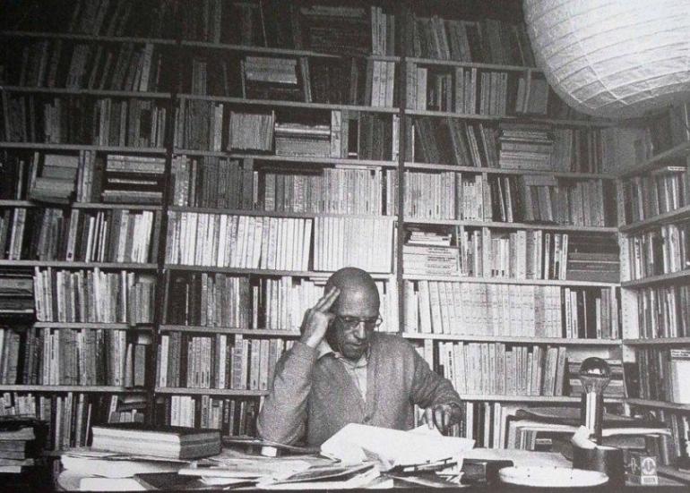 Michel Foucault di ruang belajar pribadi. Foto: https://auralcrave.com/.