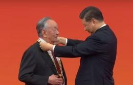 Wang Wenjiao menerima penghargaan dari Presiden Cina Xi Jinping (badminton.skor.id)
