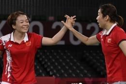Ganda putri China Chen Qingchen/Jia Yifan merayakan kemenangan atas Kim So-yeong/Kong Hee-yong pada laga semifinal badminton Olimpiade Tokyo 2022, Sabtu (31/7/2021). (AFP/ALEXANDER NEMENOV)