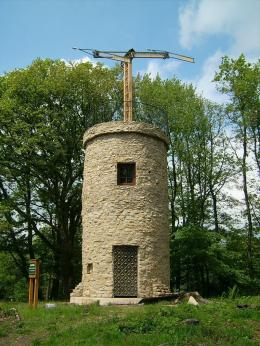 Replika salah satu menara semaphore Chappe di Nalbach, Jerman. Sumber: https://en.wikipedia.org/wiki/Optical_telegraph#/media/File:OptischerTelegraf.jpg