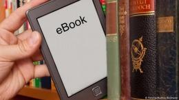 Ilustrasi membaca buku secara digital (bacatangerang.com)