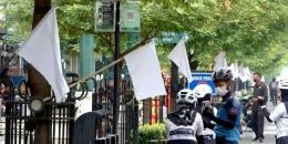 Bendera putih yang dipasang pedagang di Malioboro, Jogja (merdeka.com).