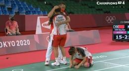 Apriyani, Greysia dan Eng Hian larut dalam kegembiraan usai memastikan emas olimpiade: twitter.com/BadmintonTalk