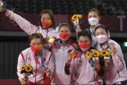 Greysia Polii dan Apriyani Rahayu bersama dengan Chen Qingchen, Jia Yifan, Kong Hee-yong, dan Kim So-yeong.
