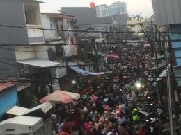 Foto kerumunan pasar di Jakarta, akhir Juni 2021 (detik.com).
