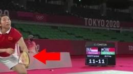 Raket Jia Yi Fan melengkung hampir patah (sumber foto: twitter)