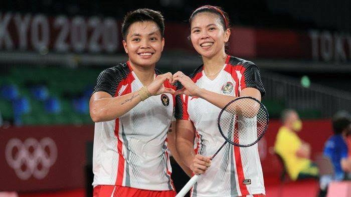 Greysia Polii dan Apriyani Rahayu, menyabet emas di Olimpiade Tokyo 2020 di sektor ganda putri cabor bulutangkis. (Sumber: wartakota.tribunnews.com)