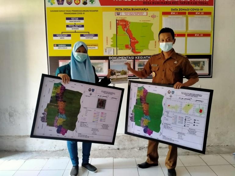 Penyerahan Peta Administrasi dan Peta Fasilitas Umum Kepada Balai Desa (Dokumentasi Pribadi)