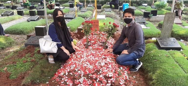 Saya dan suami saat pemakaman Om (Dokpri)