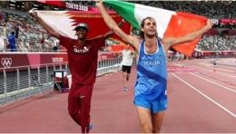 Mutaz Barshim dan Gianmarco Tamberi merayakan medali emas Lompat Tinggi Olimpiade Tokyo pada Minggu, 1 Agustus 2021 (Sumber: BBC)