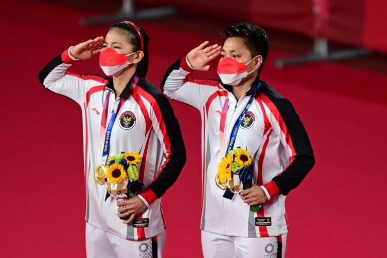 Seremoni juara Greysia Polii/ Apriyani Rahayu di Olimpiade Tokyo 2020. Gambar: goal.com