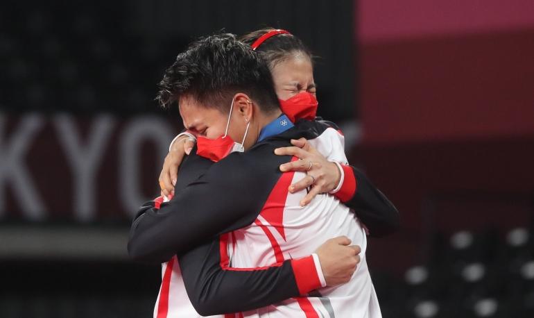 Greysia Polii dan Apriyani Rahayu larut dalam tangis bahagia usai meraih emas Olimpiade Tokyo| Sumber: Yves Lacroix/Badminton Photo via badmintonindonesia.org