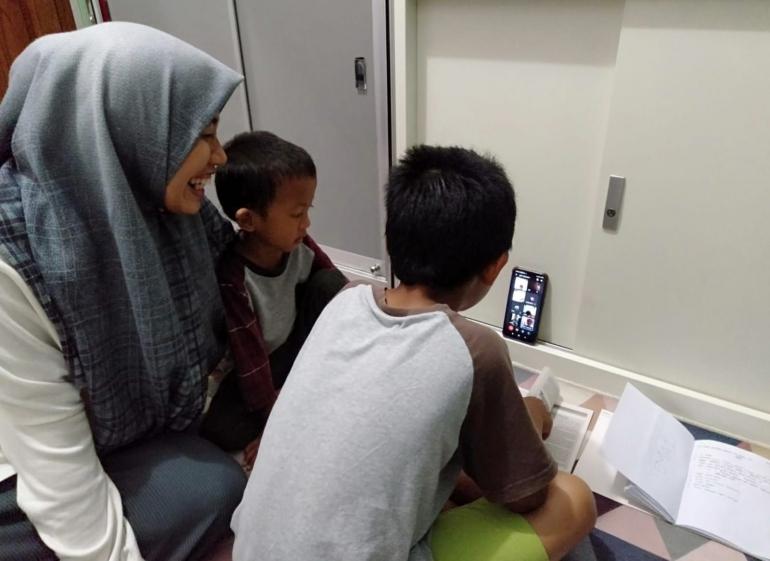 Suasana belajar di rumah dengan pendampingan ibu. (Foto: Dawud/LINES)