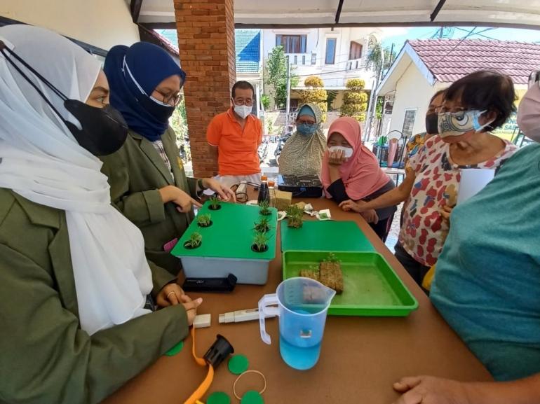 Mahasiswa UPN menjelaskan hidroponik sederhana dengan Wick System kepada masyarakat Dukuh Sutorejo, Sabtu, (24/7/21)/Dokpri