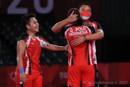 Ganda putri Indonesia, Greysia Polii/Apriyani Rahayu meluapkan kegembiraan bersama sang pelatih ganda putri, Eng Hian, saat berhasil menang di laga semifinal Olimpiade Tokyo 2020. (Foto: Kompas.com/NOC Indonesia)