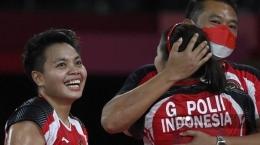 Ganda putri Indonesia, Greysia Polii/Apriyani Rahayu meluapkan kegembiraan bersama sang pelatih ganda putri, Eng Hian (Alexander NEMENOV / AFP)