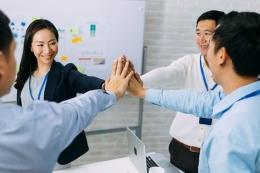 Ilustrasi hubungan harmonis antara junior dan senior di tempat kerja  Sumber: Shutterstock via Kompas.com