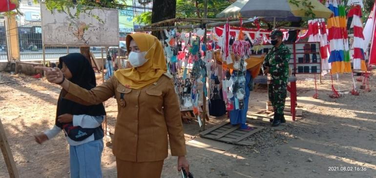 Lurah Daya, Nur Alam, SE menertibkan para pedagang dan tetap patuhi prokes, Daya (02/08/2021), Foto: Eris lentera.