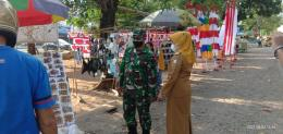 Lurah Daya, Nur Alam, SE bersama Babinsa Kel. Daya Serma Juhaib bersinergi dalam penataan PKL di sepanjang Jalan Perintis Kemerdekaan KM 14, Kel Day. Foto: Eres