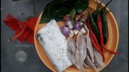 Persiapkan terlebih dahulu bahan-bahannya. Tempe dan ikan asin, juga bumbu lainnya. | Foto: Wahyu Sapta.