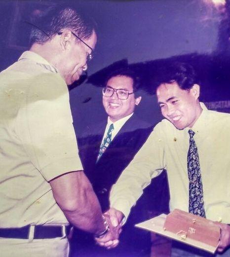 Kenangan ketika Gubernur Jakarta Surjadi Soedirdja memberi penghargaan kepada penulis sebagai juara lomba HUT ke-467 Kota Jakarta pada 28 September 1994 di Balai Kota Jakarta. (Dok/Biro Humas DKI Jakarta)