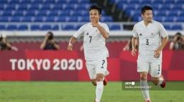 Pemain depan Jepang Takefusa Kubo (kiri) dan bek Yuta Nakayama merayakan gol pertama timnya saat jumpa Prancis di Stadion Internasional Yokohama di Yokohama pada 28 Juli 2021.  Sumber: Mariko ISHIZUKA/AFP via Tribunnews