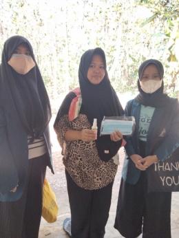 Sosialisasi hand sanitizer door to door ke rumah warga bersama dengan pembagian masker (Dokpri)