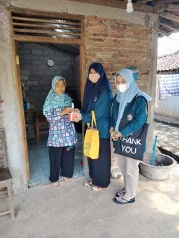 Sosialisasi door to door mengenai pembuatan dan manfaat teh daun salam (Dokpri)