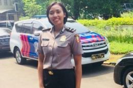 sumber kompas,com_Amalia Fajrina dengan seragam Polri.