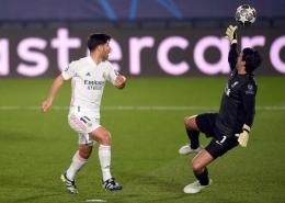 Asensio melewati kiper Liverpool dan mencetak gol pada perempat final Liga Champions 2020/2021. Sumber: Bagu Blanco/BPI/REX/Shutterstock