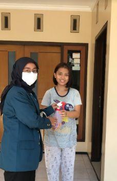Gambar 2 dan 3. Penyemprotan di lingkungan RW 02 dan pembagian disinfektan pada warga RW 02 Kelurahan Tandang (dokpri)