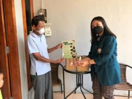 (Kamis, 29/07), Penyerahan Tutorial Pe,mbuatan Hand Sanitizer Herbal kepada Ketua RW 13 Kelurahan Srondol Wetan/dokpri
