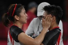 Greysia Polii (kiri) dan Apriyani Rahayu mempersembahkan medali emas Olimpiade Tokyo 2020. (AFP/ALEXANDER NEMENOV via Kompas.com)