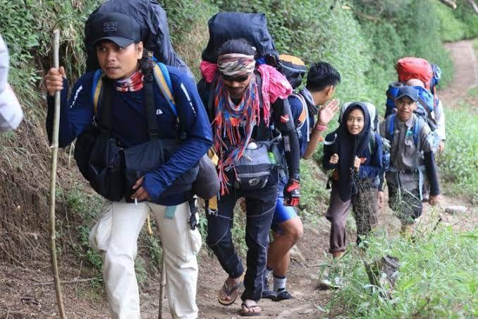 Rombongan Pecinta Alam yang Tengah Mendaki. Sumber Kompas/ Muhammad Irzal A