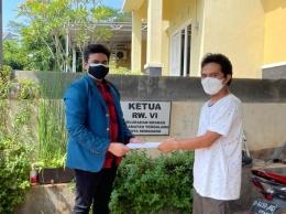 Gambar 3. Penyerahan Surat Perizinan KKN kepada Ketua RW 06 Kelurahan Kramas (Wakhid Santoso) [DokPri]