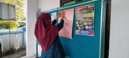 Penempelan Poster Pencegahan Penyebaran Covid-19 (dokpri)