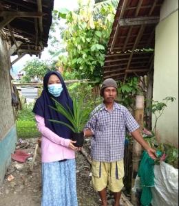 Gambar 5. Pemberian bibit tanaman pandan sebagai vegetasi pencegah erosi kepada warga (dokumentasi pribadi)