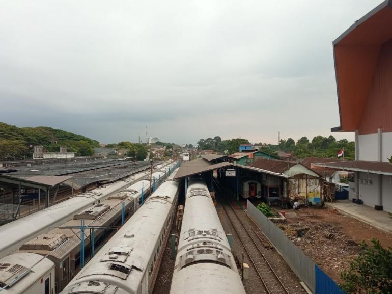 Rangkaian kereta yang terparkir di Depo Sarana Malang. (Sumber: Dokumentasi Pribadi)