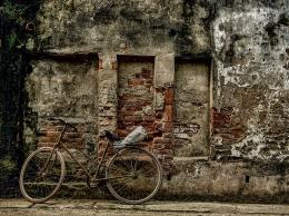 Ilustrasi sepeda tua terparkir di sebuah gang (Foto: Nguyenhuynhmai Via Pixabay)