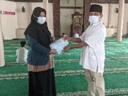 Gambar 2. Pemberian masker gratis melalui Pengurus Masjid Raya Koto Baru (dokpri)