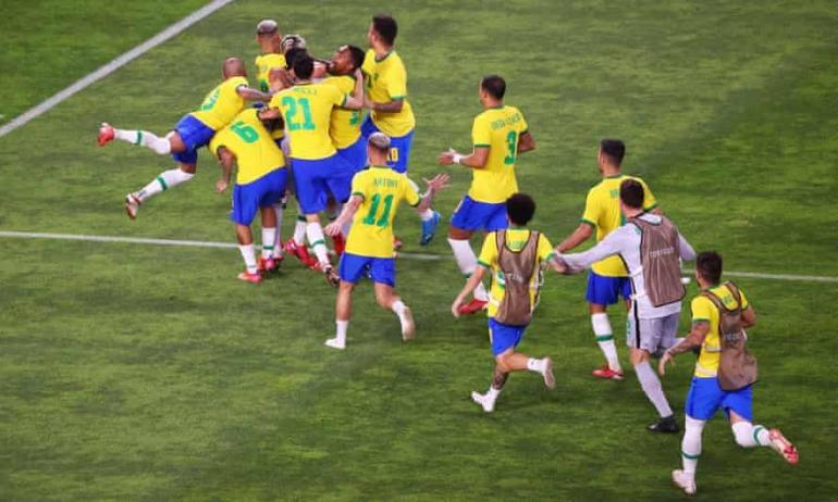 Para pemain Brasil merayakan kemenagan adu penalti lawan Meksiko di partai semifinal (Gambar: footballreporting.com)